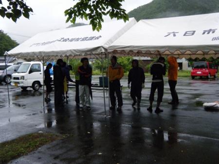 参加者、雨宿り