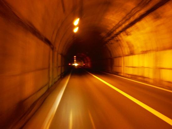 トンネルを抜け...