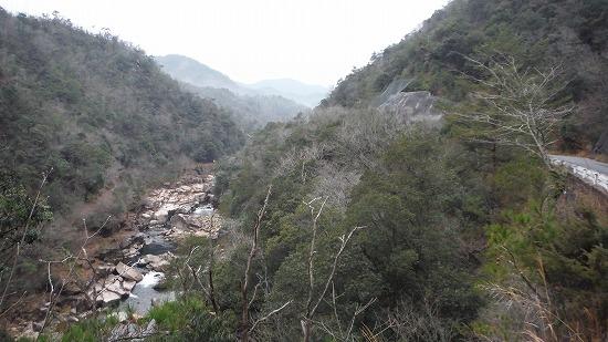 渓谷を眺めつつ