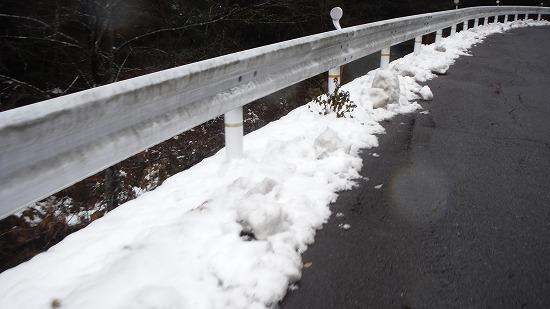 路肩に雪が…