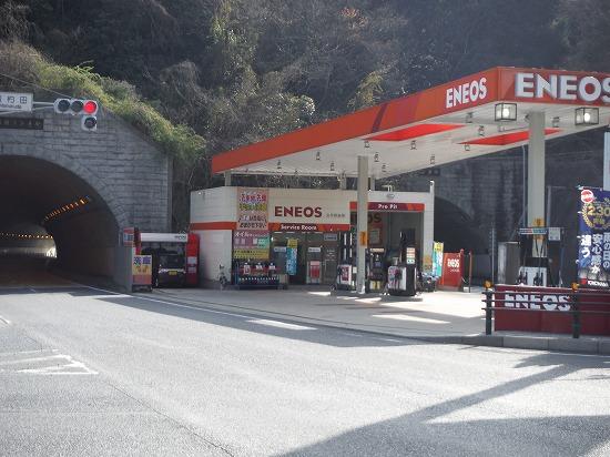 トンネルに挟まれたエネオス