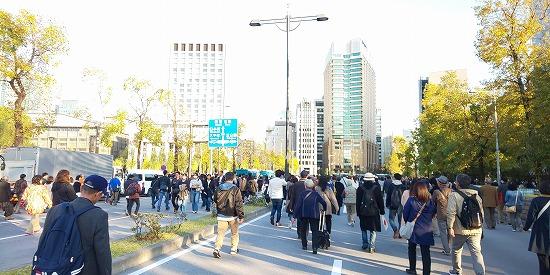 東京駅へと向かう人の波